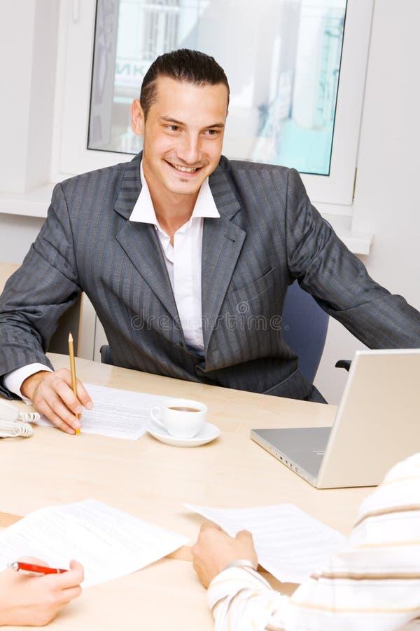 有生意人的交谈年轻人 库存图片