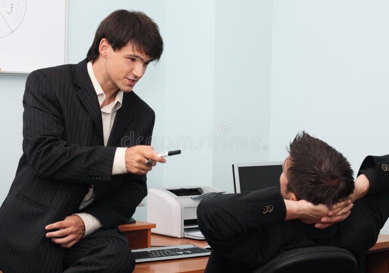 有生意人的论述二个年轻人 免版税库存图片