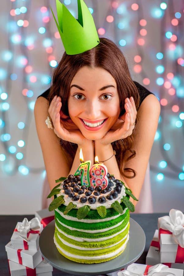 有生日快乐蛋糕的女孩 免版税库存照片