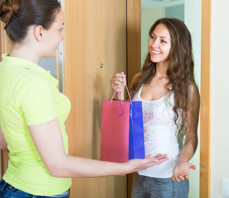 有生日礼物的女孩参观的姐妹 免版税图库摄影