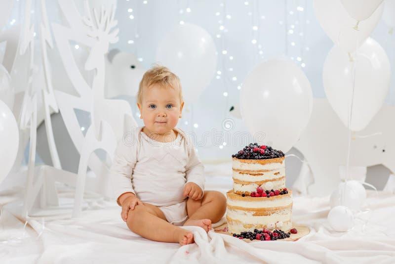 有生日蛋糕的画象男孩 库存照片