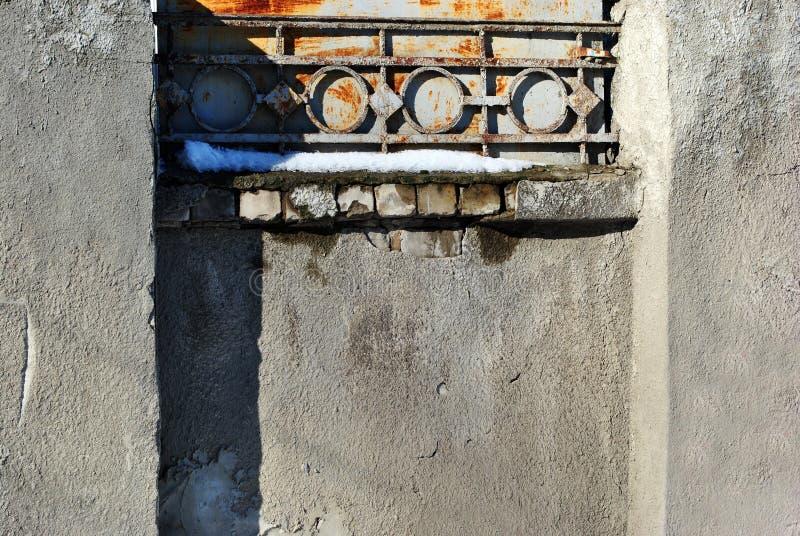 有生锈的金属装饰的灰色水泥纹理墙壁在一条方形的凹线 免版税库存照片