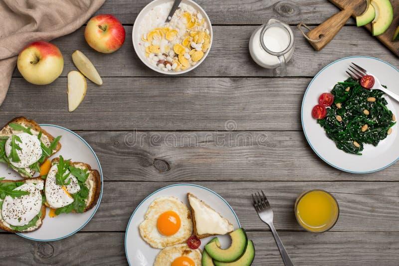 有用和鲜美早餐框架从不同的盘 库存图片