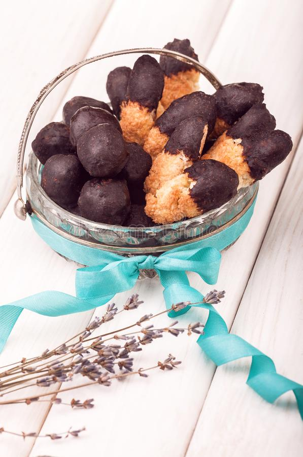 有用的在葡萄酒盘的糖果自创巧克力在白色木背景 图库摄影