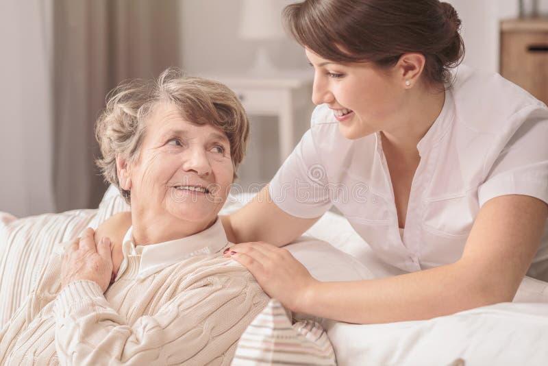 有用的年轻人护士 免版税库存照片