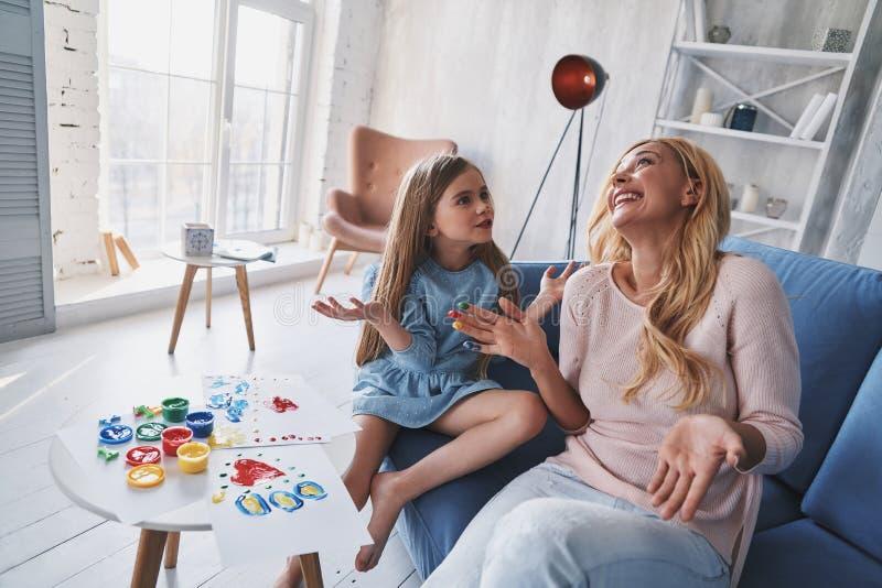 有用的活动 逗人喜爱的gest小女孩和年轻美丽的妇女 免版税库存照片