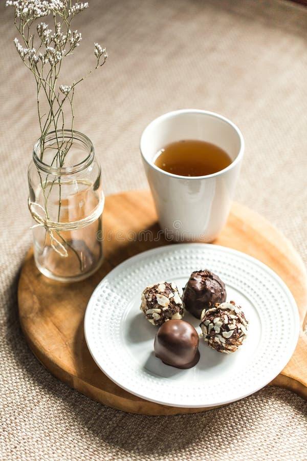有用的甜点用在巧克力和茶的椰子 免版税库存照片