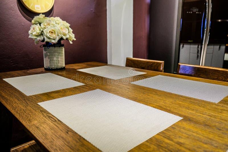 有用餐的纺织品和位置字块餐厅 库存照片