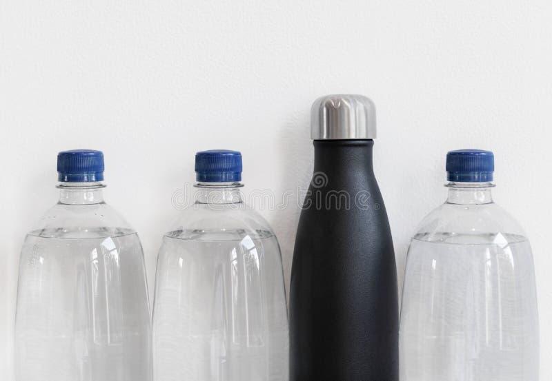 有由不锈钢做的可再用的瓶的塑料瓶 塑料自由供选择的概念,与拷贝空间 免版税库存图片