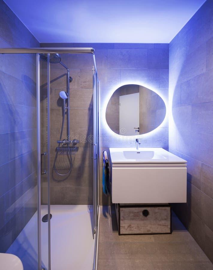 有由后面照的镜子的现代大理石卫生间 免版税库存图片