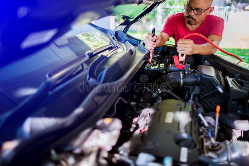 有电低谷缆绳的选择聚焦充电的汽车 免版税图库摄影