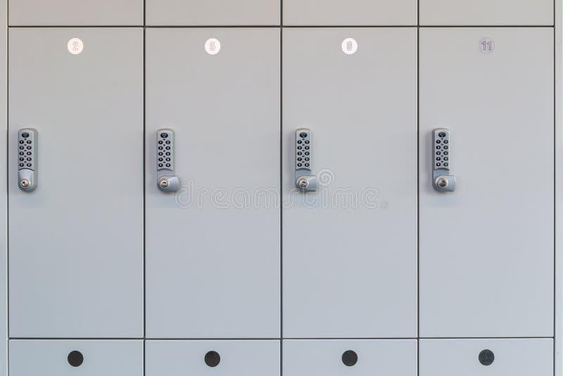 有电子存取控制的白色变动室衣物柜在象衣橱的一间公开屋子在一间更衣室 免版税库存照片