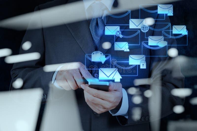 有电子邮件象的商人手用途巧妙的电话计算机 库存照片
