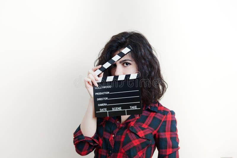 有电影拍板的少妇在白色背景 免版税库存图片