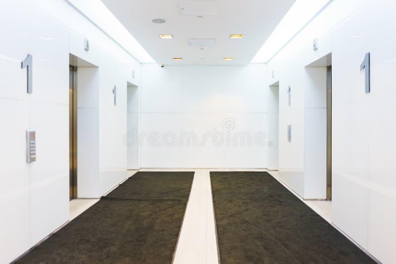 有电梯的霍尔在一栋现代办公室和居民住房 舒适和便利技术 免版税库存照片