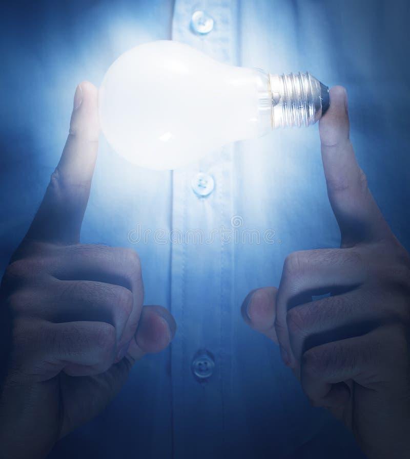 有电灯泡的手 免版税库存图片