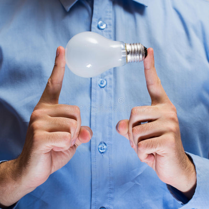 有电灯泡的手 免版税库存照片