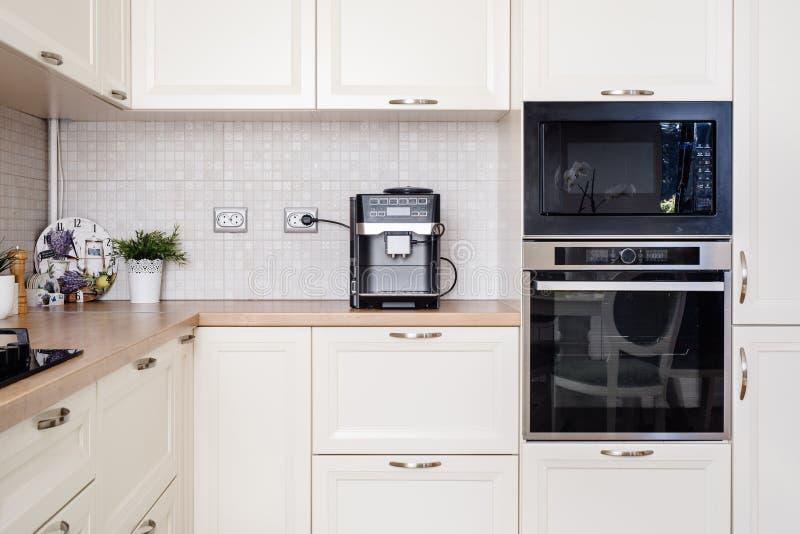 有电装置和木worktop的现代设计厨房 免版税库存照片