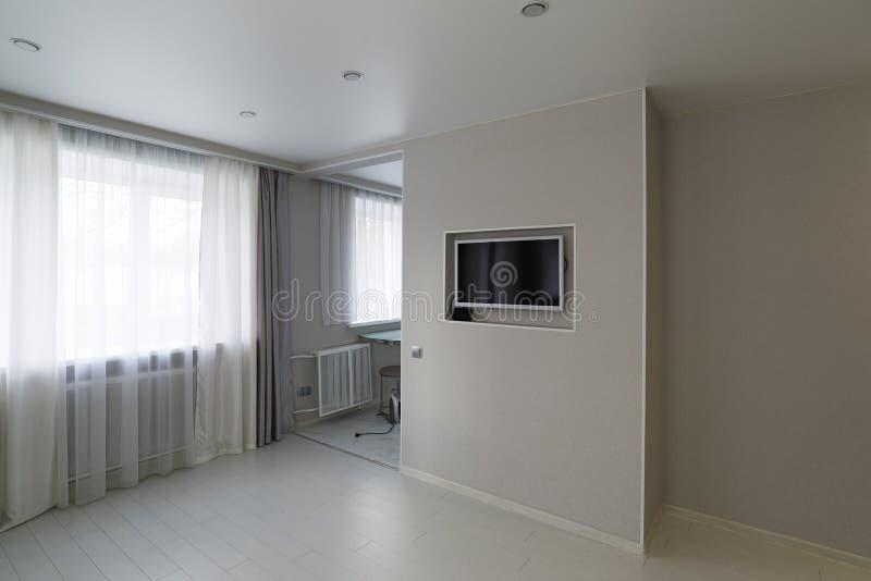 有电视和高保真设备的现代客厅 库存图片