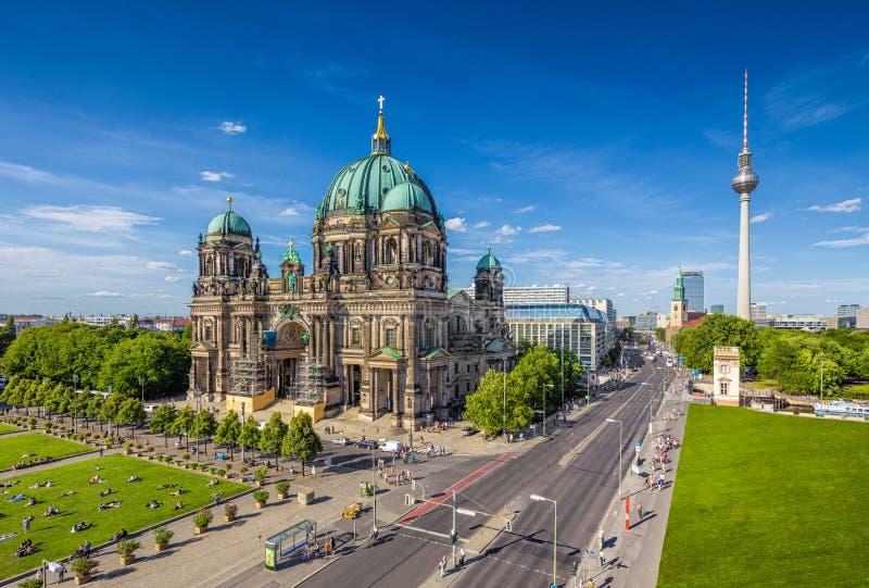 有电视塔的在夏天,柏林,德国柏林大教堂 库存图片