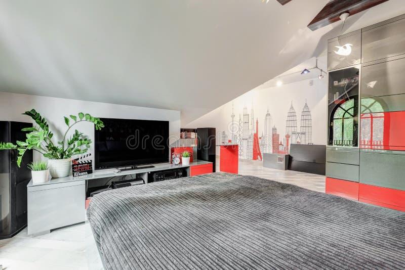 有电视的现代时髦的卧室 免版税库存图片