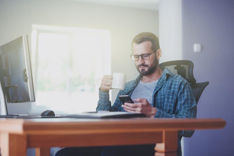 有电话和咖啡的人在办公室 库存图片
