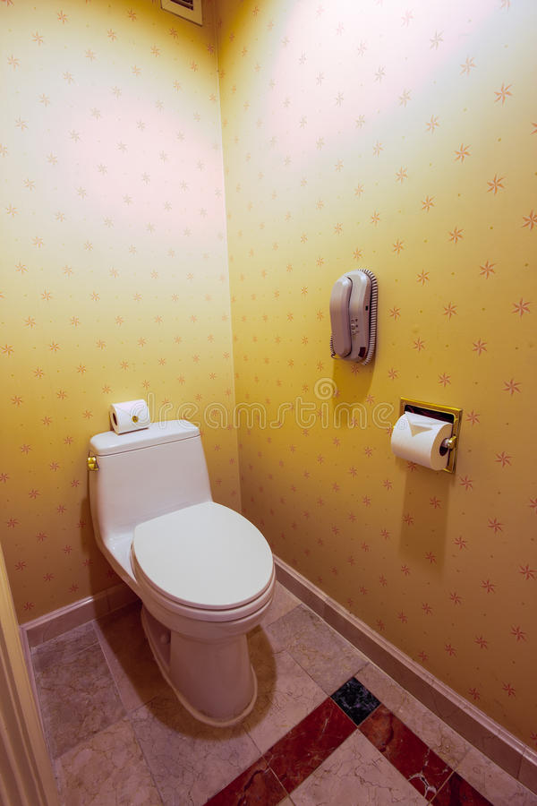 有电话和白色水槽的洗手间室 免版税库存图片
