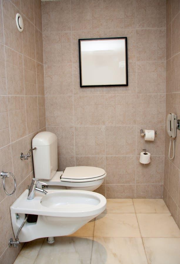 有白色水槽和净身盆的洗手间室 免版税图库摄影