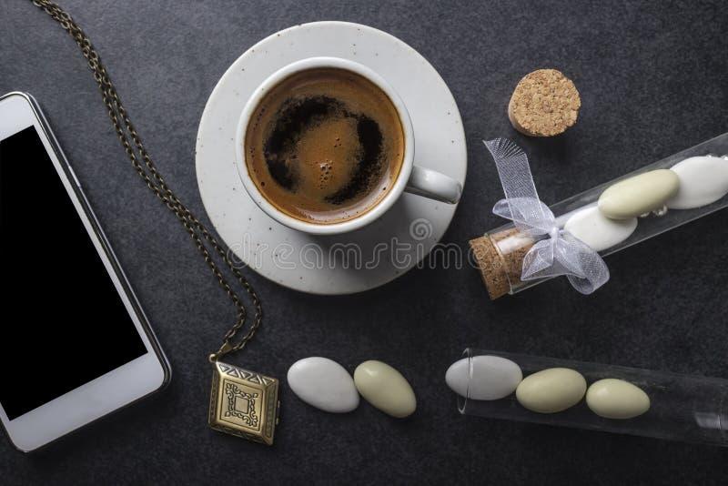 有电话的咖啡杯 免版税图库摄影