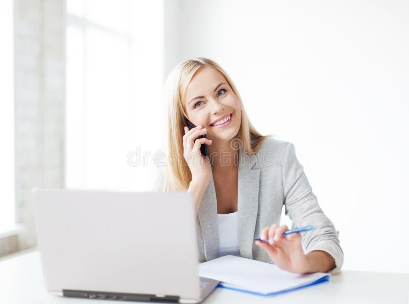 有电话的女实业家 免版税库存图片
