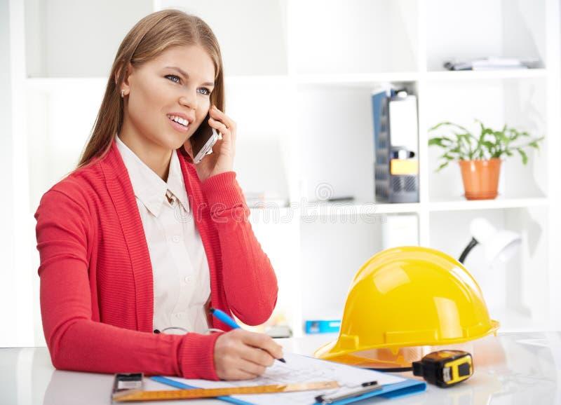 有电话的女性建筑师 免版税图库摄影