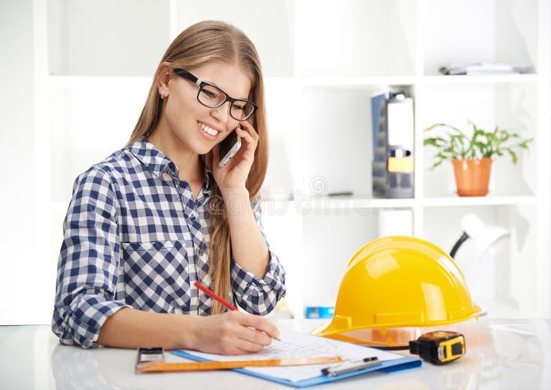 有电话的女性建筑师 库存照片