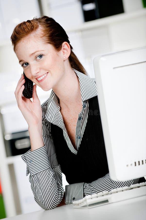 有电话的白种人妇女 免版税库存照片