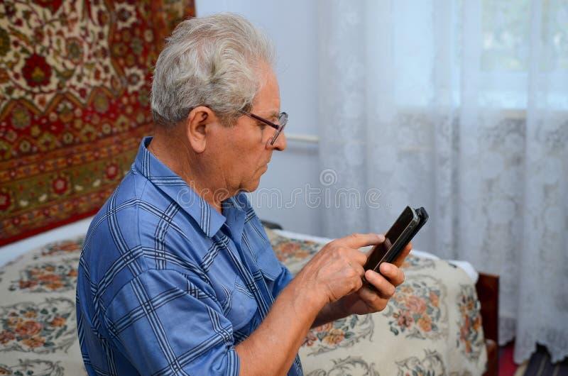 有电话的祖父 图库摄影
