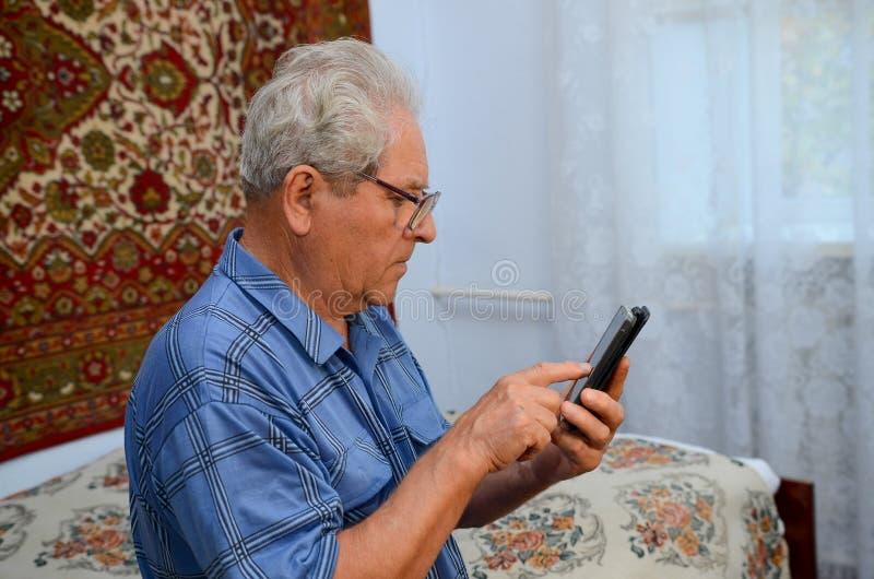 有电话的祖父 库存图片