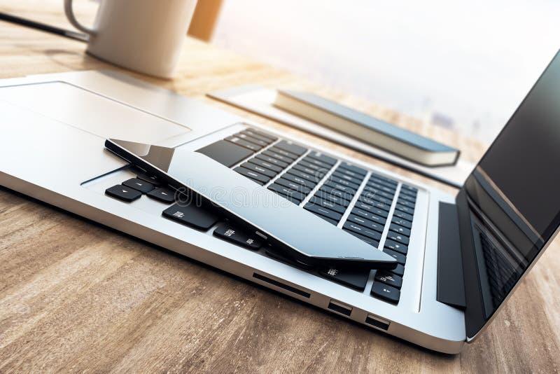有电话的膝上型计算机键盘 皇族释放例证