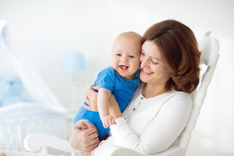 有男婴的愉快的年轻母亲在家 免版税库存照片