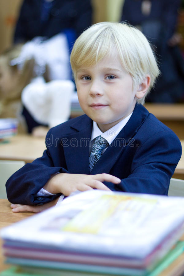 有男孩的教室小学 库存图片