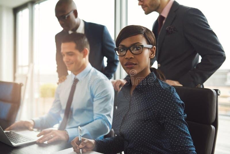 有男性工友的女实业家在办公室 免版税库存图片