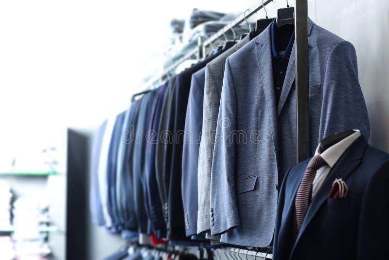 有男性衣裳的机架在精品店 免版税库存照片