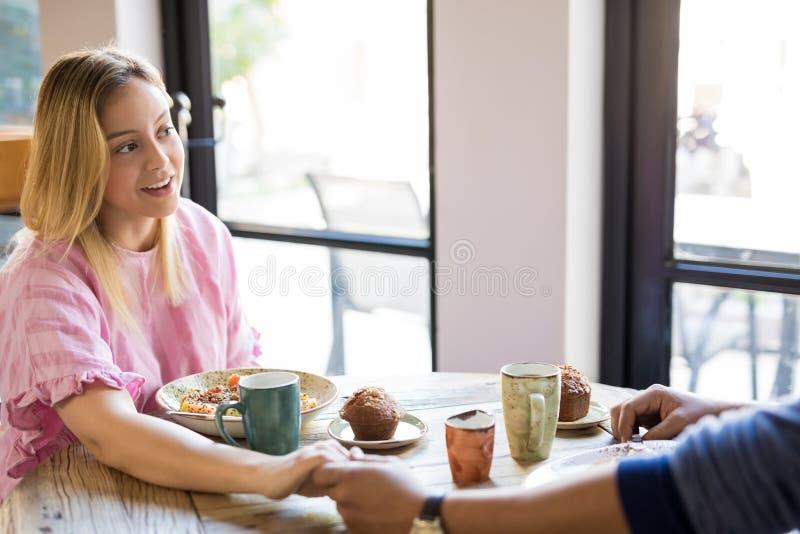 有男朋友的美丽的西班牙妇女餐馆的 免版税库存图片