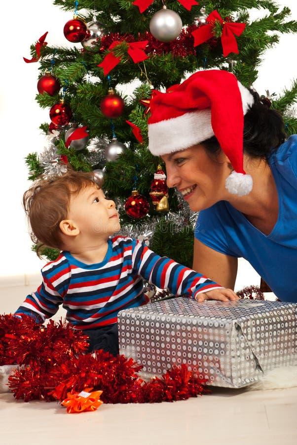 有男婴的愉快的母亲 免版税图库摄影