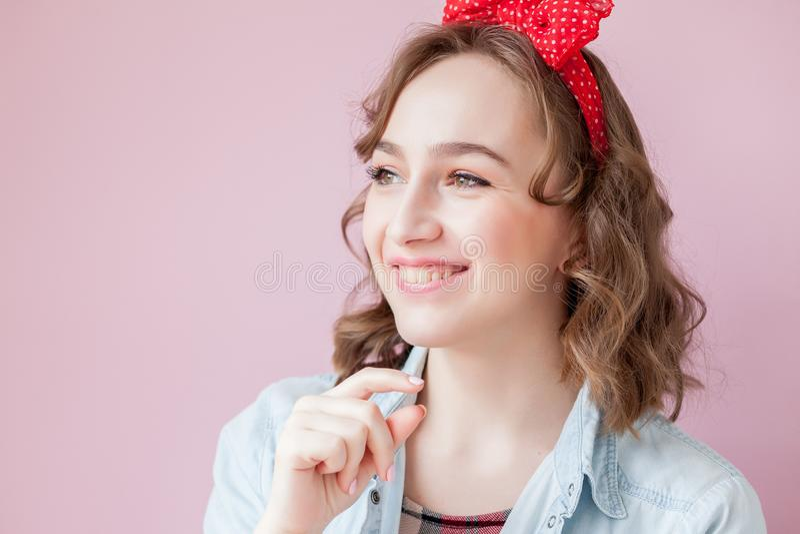 有画报构成和发型的美丽的少妇 在桃红色背景射击的演播室 库存照片