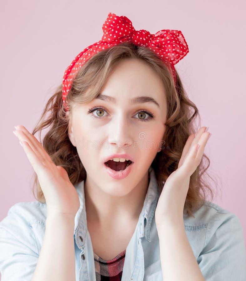 有画报构成和发型的美丽的少妇 在桃红色背景射击的演播室 免版税库存照片