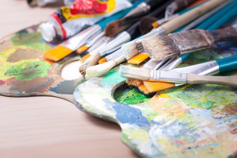 有画笔的画家调色板 免版税库存照片
