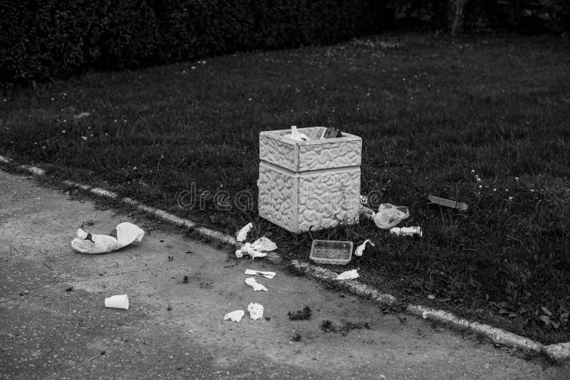 有疏散垃圾的街道缸 免版税库存照片