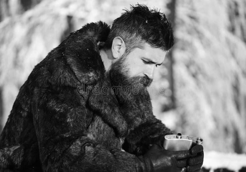 有疲乏的面孔的人与雪盖的树 库存图片