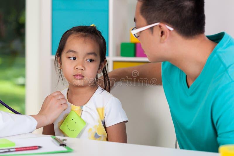 有病的女儿的亚裔爸爸 免版税图库摄影