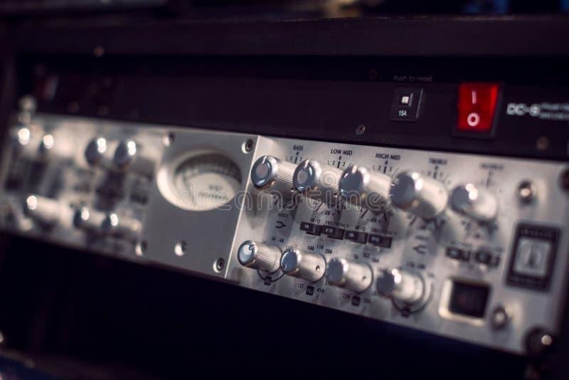 有瘤的电吉他放大器音响器材 库存图片