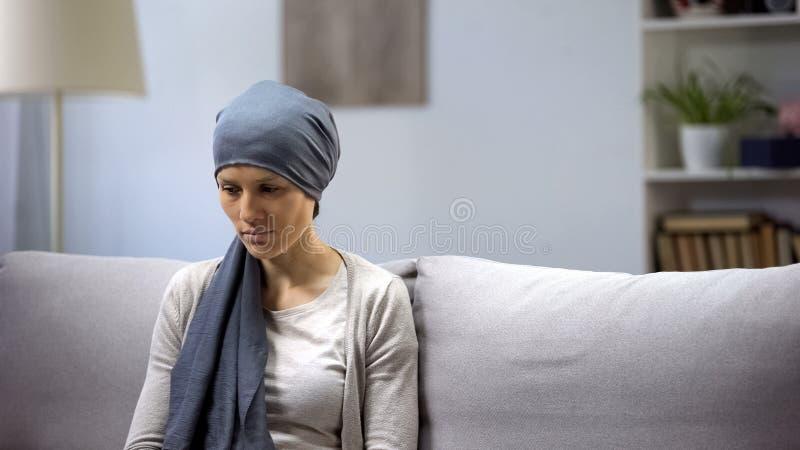 有癌症偏僻的开会的翻倒妇女在医院,单独以她的病症 免版税库存图片